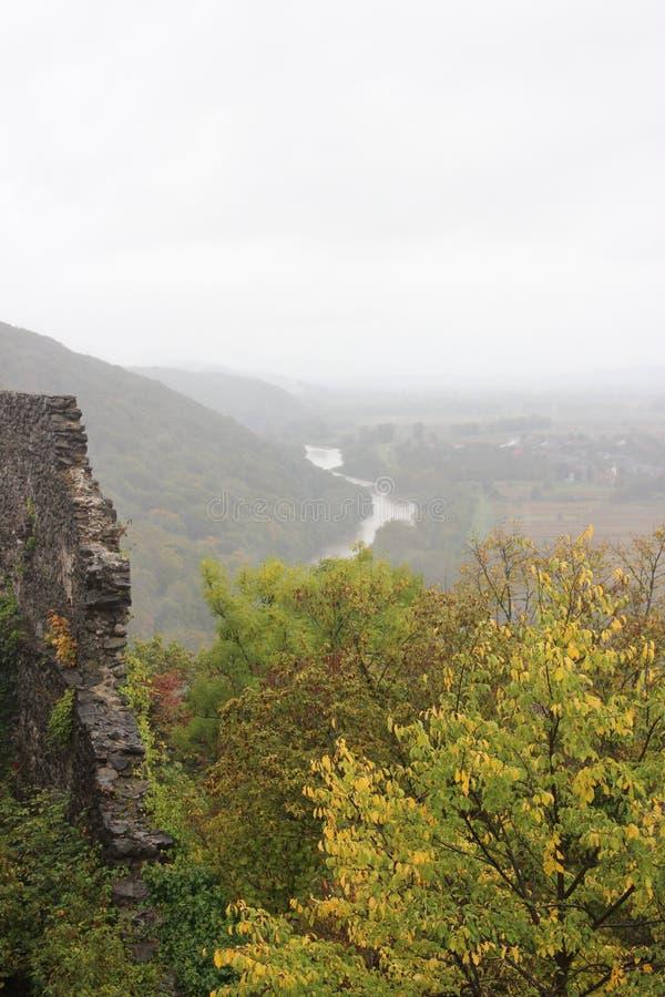 Rivier bij de voet bergen stock afbeelding