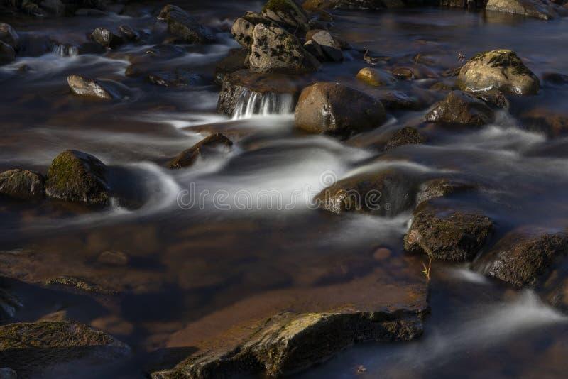 Rivier Caerfanell bij blaen-y-Glyn watervallen, Brecon-Bakens, Powys, Wales stock afbeeldingen