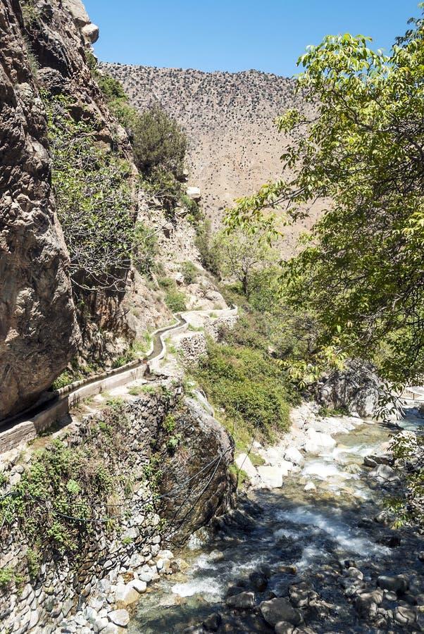 Rivier in de bergen van Marokko stock foto's