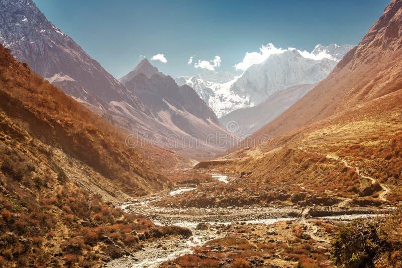 Rivier in de bergen van Nepal, Manaslu-bergpiek royalty-vrije stock foto