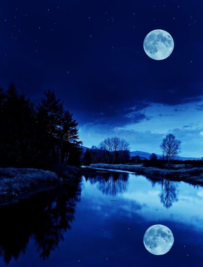 Rivier in de nacht royalty-vrije stock foto's