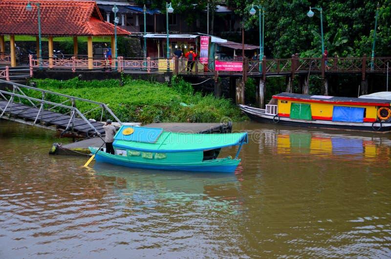 Rivier de veerboot van de overgangboot bij de Rivier Kuching Maleisië wordt geparkeerd dat van Sarawak van de pierpost stock fotografie