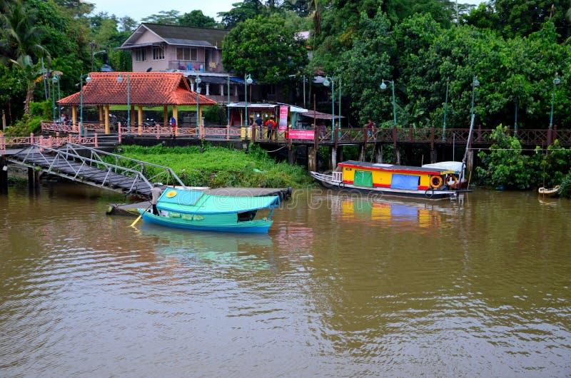 Rivier de veerboot van de overgangboot bij de Rivier Kuching Maleisië wordt geparkeerd dat van Sarawak van de pierpost royalty-vrije stock fotografie
