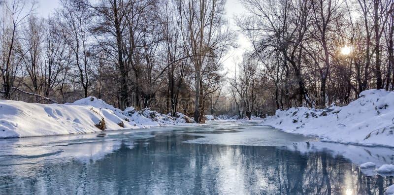 Download Rivier in de winter stock foto. Afbeelding bestaande uit rivier - 107707374
