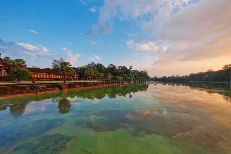 Rivier dichtbij oude boeddhistische Khmer tempel in Angkor complexe Wat stock fotografie