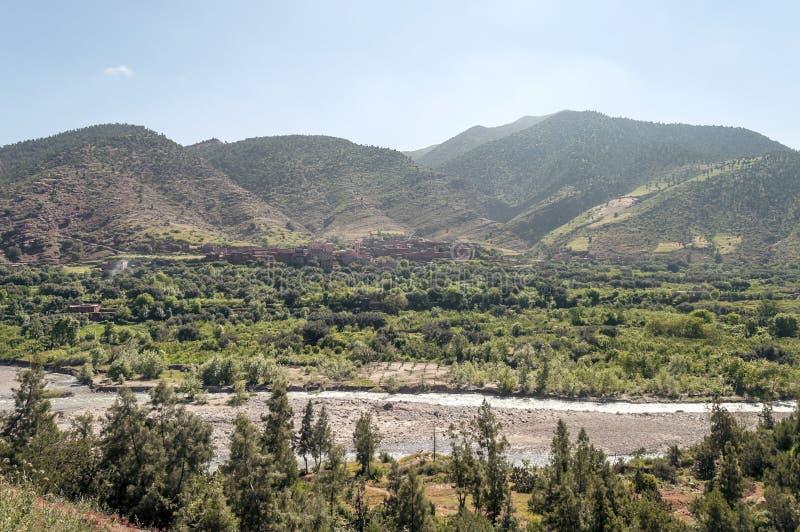 Rivier die door bergen wordt omringd royalty-vrije stock fotografie