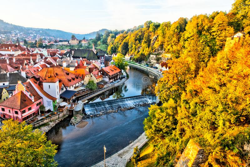 Rivier die door Cesky Krumlov, Tsjechische Republiek vloeien stock foto's