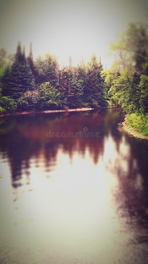 Rivier die door Cheboygan Michigan winden stock foto