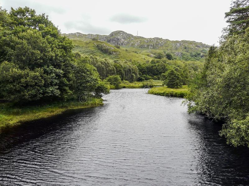 Rivier die door een vallei stromen stock foto