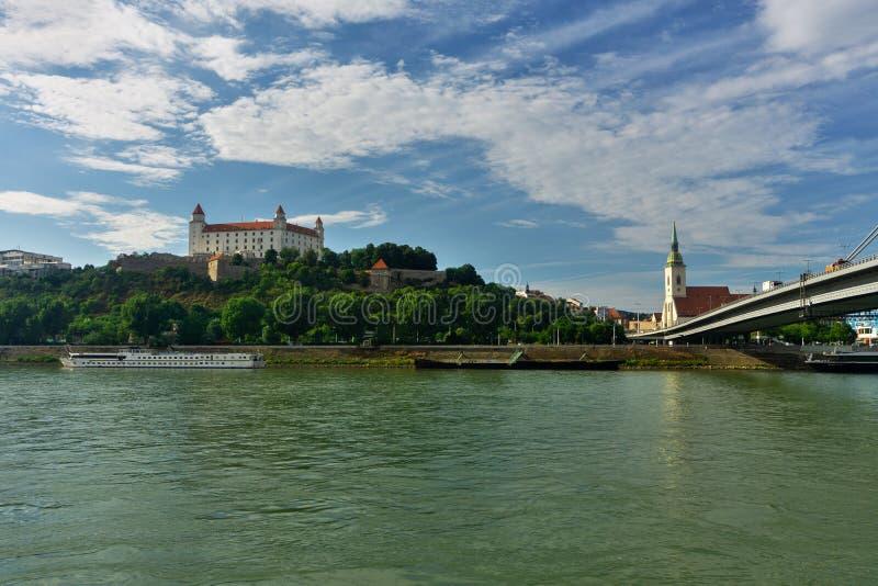 Rivier Donau en het Kasteel van Bratislava royalty-vrije stock afbeeldingen