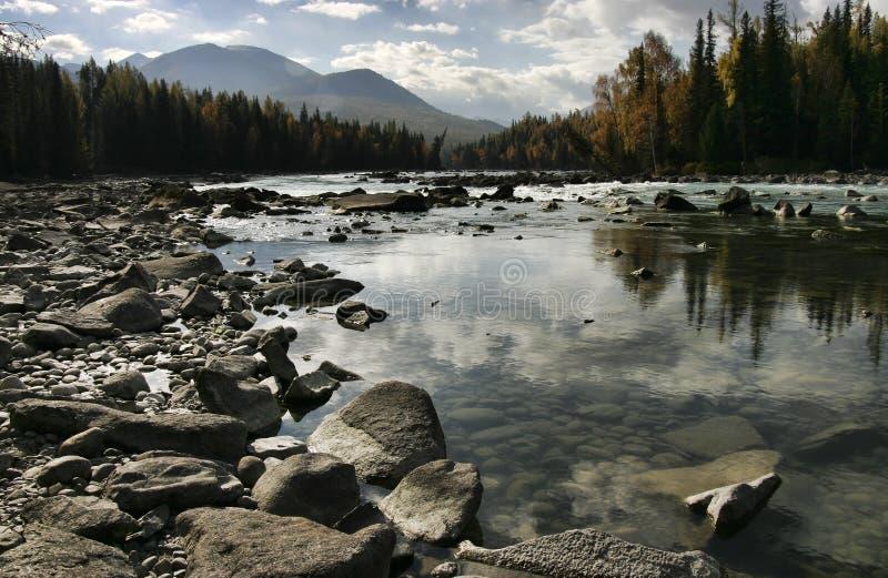 Rivier door Kanas Lake stock foto