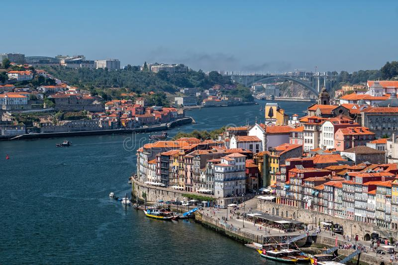 Rivier Douro die voorbij Porto, Portugal kronkelen stock foto's