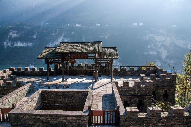 Rivier Drie Kloven Dengying Xia van Hubeiyiling Yangtze in het van de Klovenmensen ` van ` Drie plattelandshuisje van de Bedelaar stock foto