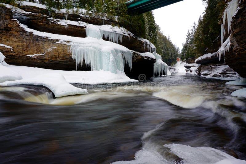 Rivier in een canion tijdens de winter stock fotografie