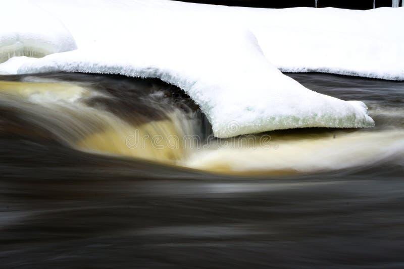 Rivier in een canion tijdens de winter stock foto's