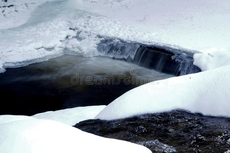 Rivier in een canion tijdens de winter royalty-vrije stock foto's