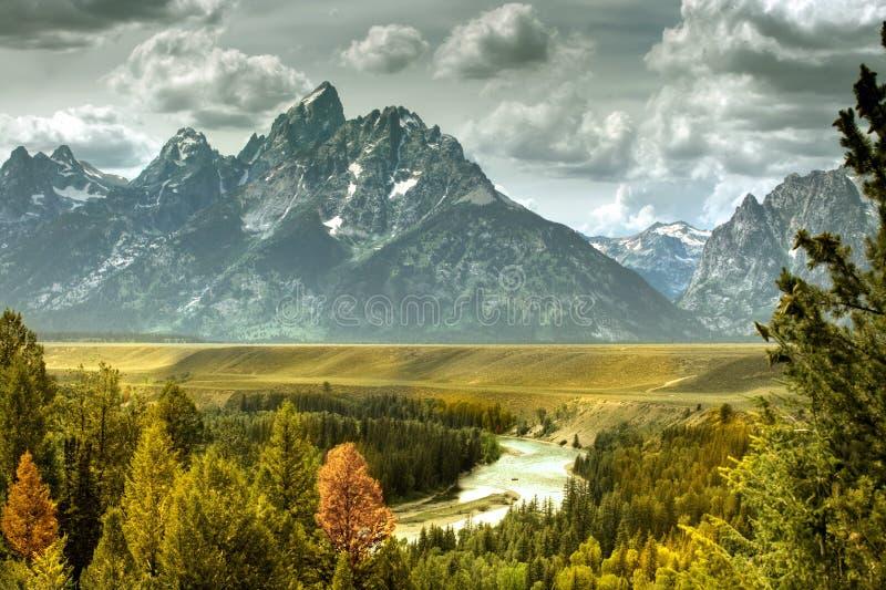 Rivier en bergen stock foto's