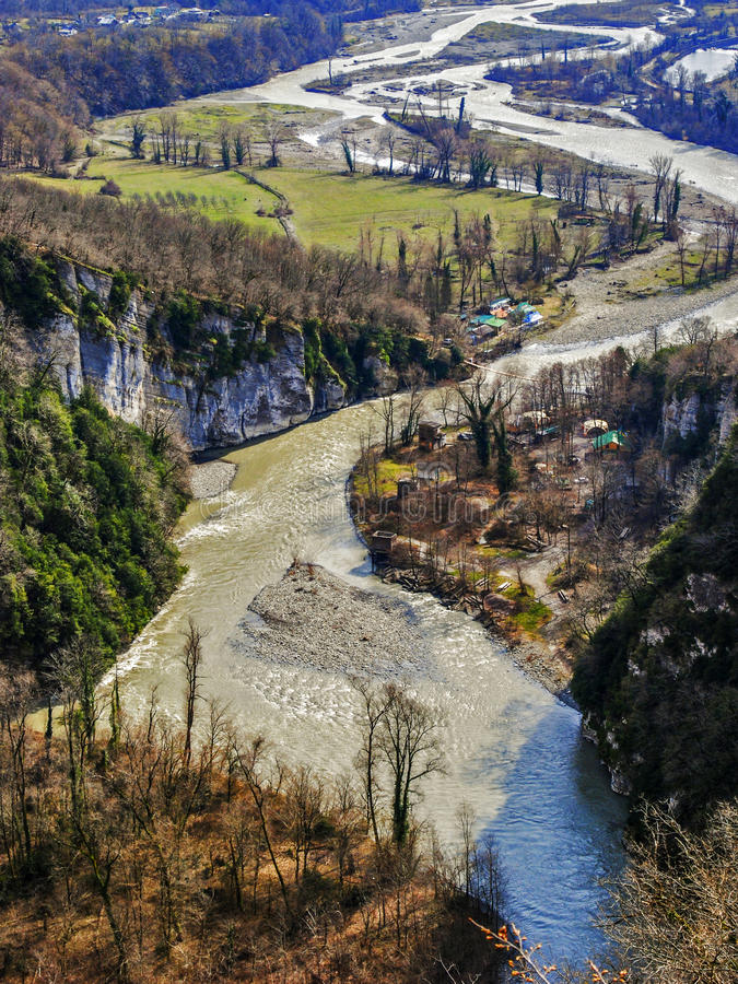 Rivier en bergen stock afbeelding