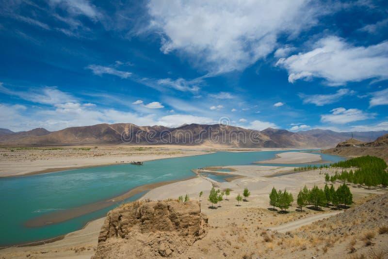 Rivier en berglandschap van Tibet stock afbeeldingen
