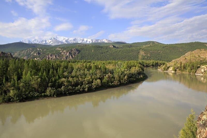 Rivier en de sneeuw afgedekte rand van het Noordenchuya stock fotografie