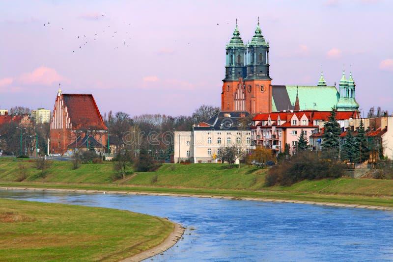 Rivier en een kathedraalkerk royalty-vrije stock afbeeldingen
