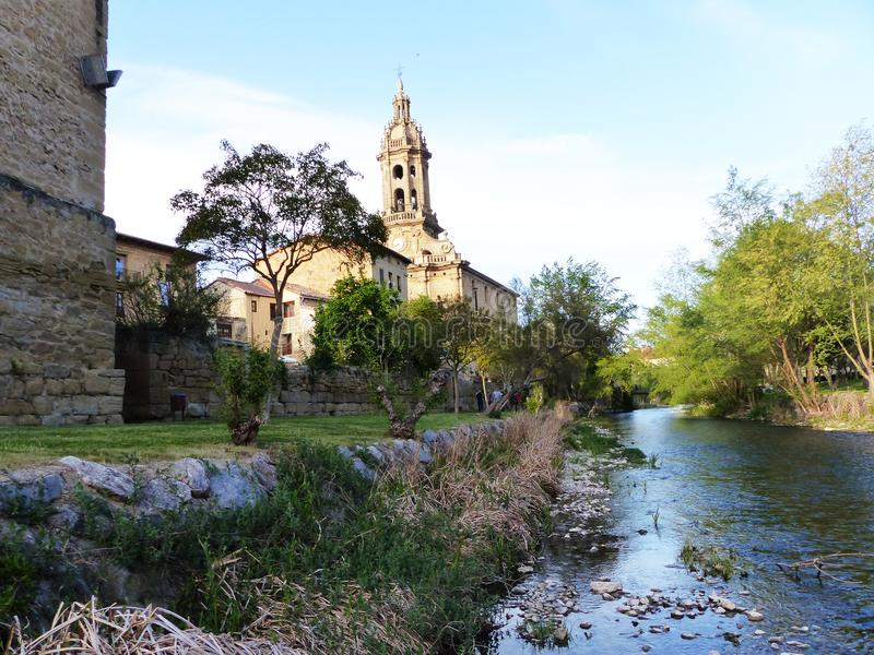 Rivier en kerk stock fotografie