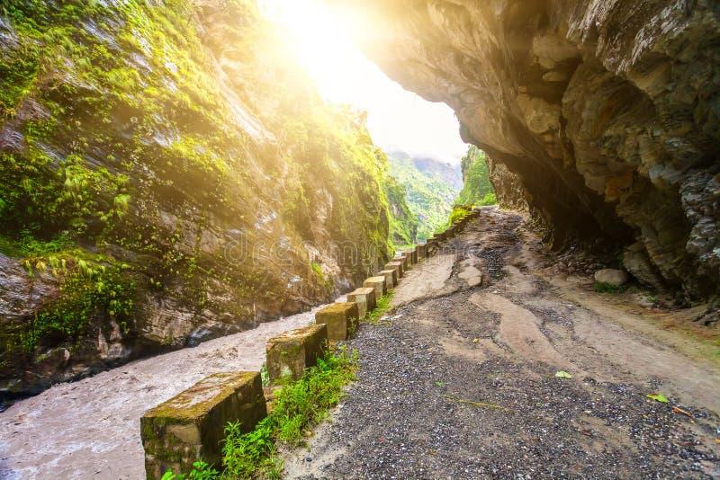Rivier en landelijke weg in Nepal royalty-vrije stock fotografie