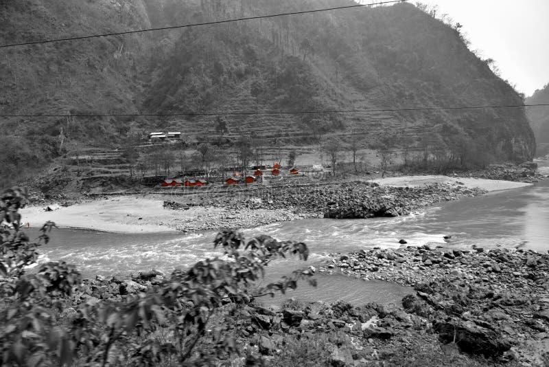 Rivier en weg aan Chitwan in Nepal stock fotografie