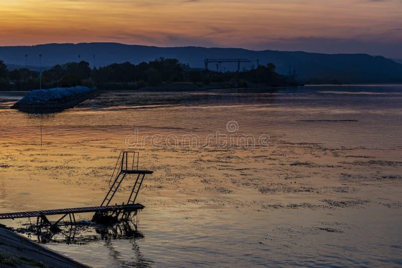 Rivier het duiken platform in Kladovo, Servië stock foto
