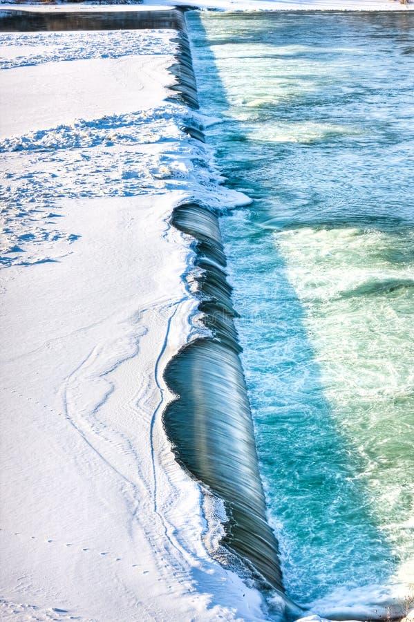 Rivier in het Gieten van de Winter over de Dam stock fotografie