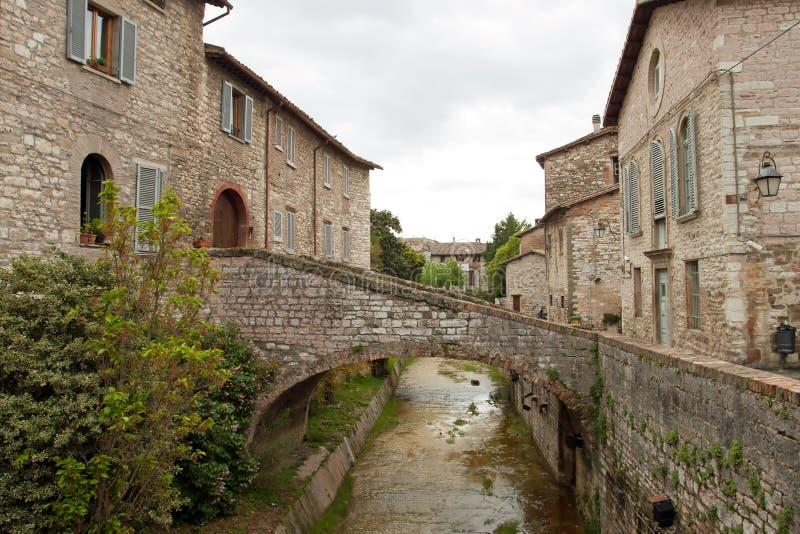 Rivier in het historische centrum van Gubbio royalty-vrije stock fotografie