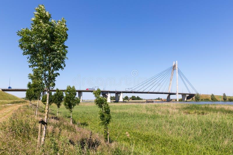 Rivier IJssel met brug dichtbij Kampen in Nederland stock afbeeldingen