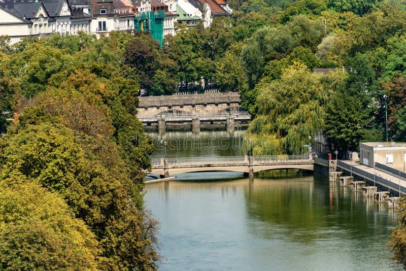 Rivier Isar binnen de stad in van München - Beieren Duitsland royalty-vrije stock fotografie