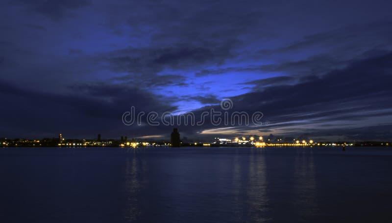 Rivier Mersey en 's nachts Birkenhead stock foto's