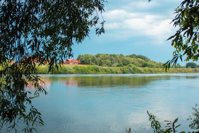 Rivier met bomen in Kostenki stock afbeelding