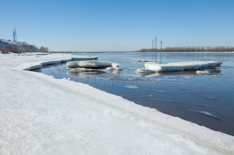 Rivier met gebroken ijs Energiepijlers Ijsheuveltjes op de rivier royalty-vrije stock fotografie