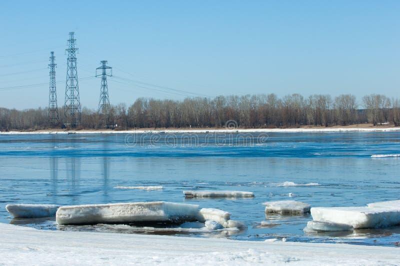Rivier met gebroken ijs Energiepijlers Ijsheuveltjes op de rivier royalty-vrije stock foto