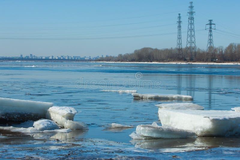 Rivier met gebroken ijs ijsheuveltjes op de rivier in de lente stock foto