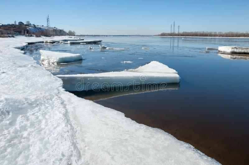 Rivier met gebroken ijs ijsheuveltjes op de rivier in de lente stock fotografie
