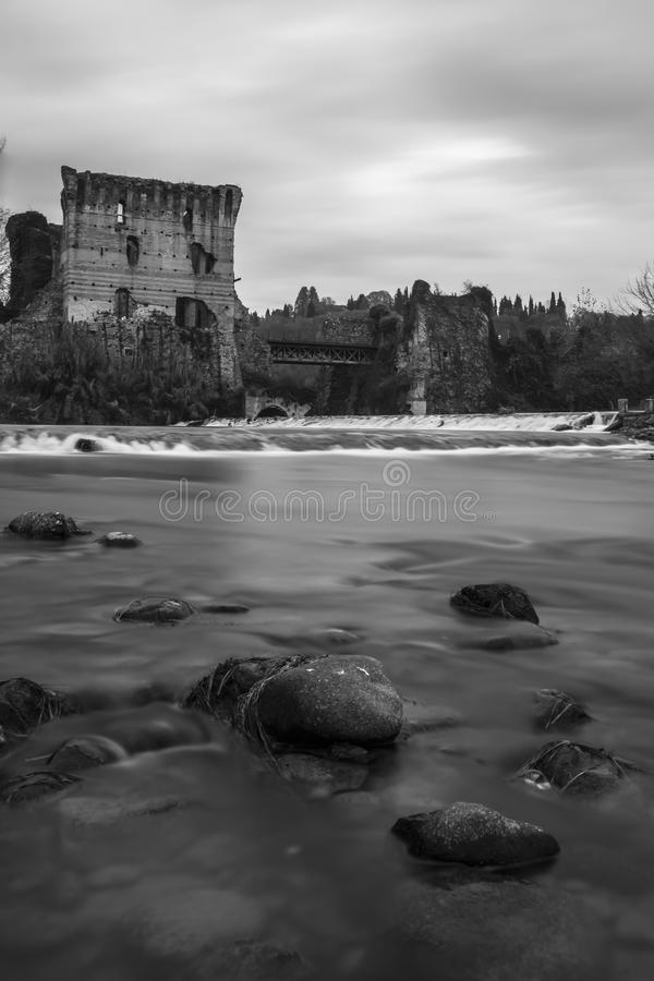 Rivier met historische brug royalty-vrije stock foto's