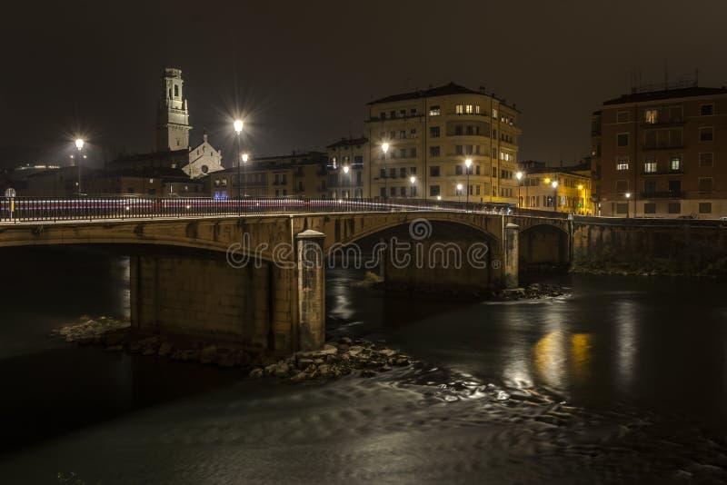 Rivier met historische brug royalty-vrije stock fotografie