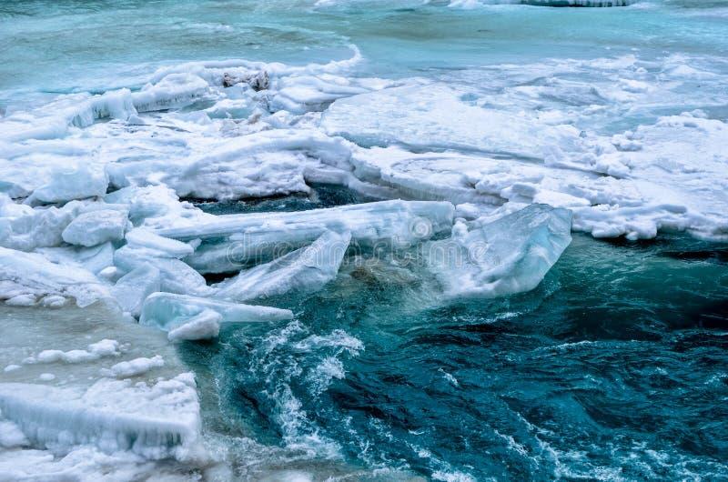 Rivier onder de bevroren rivier royalty-vrije stock fotografie