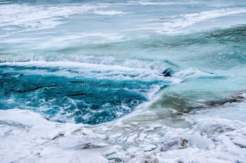 Rivier onder de bevroren rivier stock foto