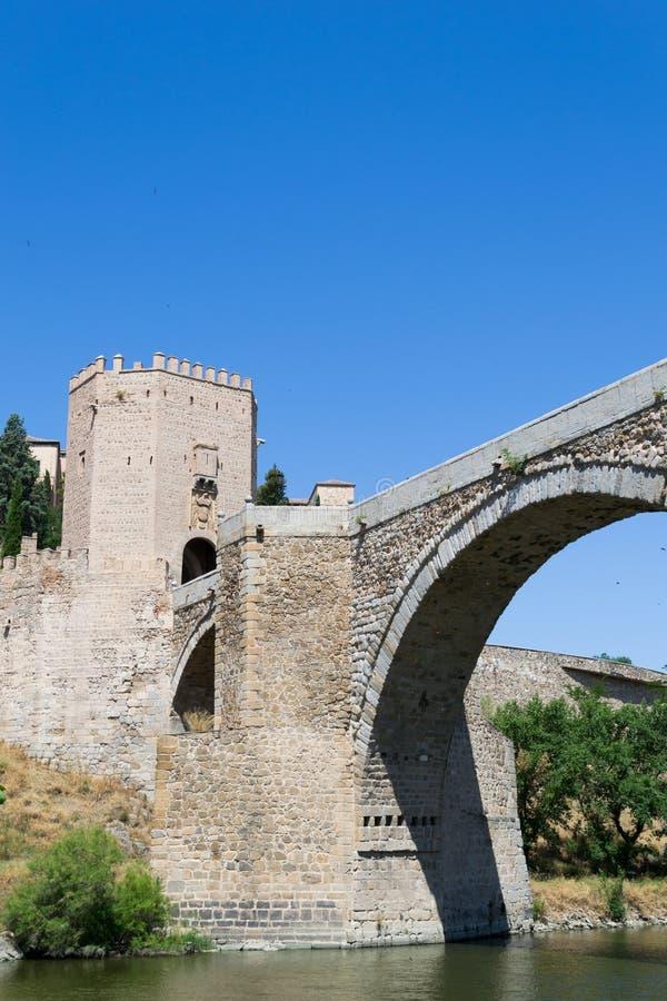 Rivier onder de Roman brug royalty-vrije stock fotografie