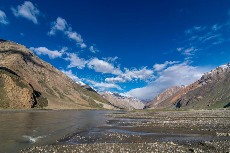 Rivier in Suru-Vallei, Zanskar - Leh Ladakh, Jammu en Kashmir, India stock fotografie
