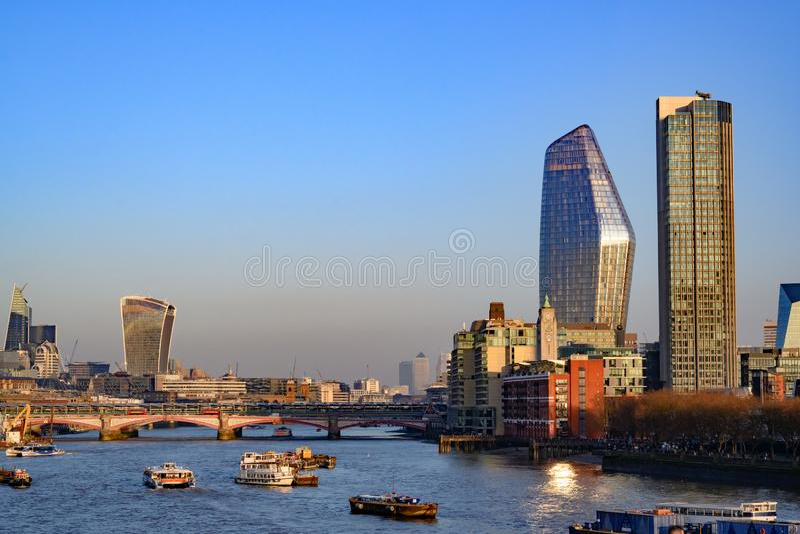 Rivier Theems met Zuidenbank, Stad van Londen, Engeland, het Verenigd Koninkrijk stock fotografie