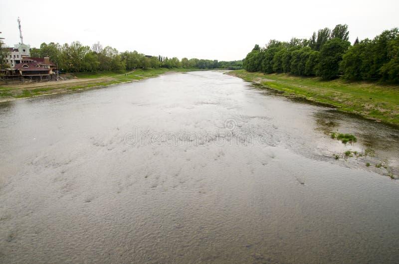 Rivier in Uzhgorod, de Oekraïne stock foto