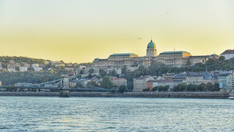 Rivier van Donau van de zon de vastgestelde mening in Boedapest royalty-vrije stock foto's
