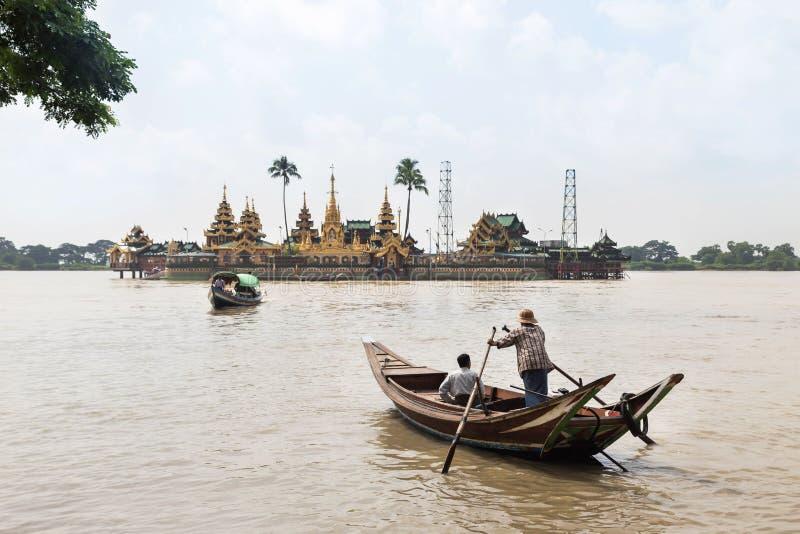 rivier van mensen bidt de dwarsyangon door boot voor bij Ye Le Paya pagode de drijvende pagode op klein eiland royalty-vrije stock fotografie