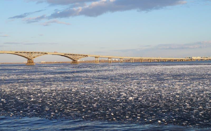 Rivier van Saratov, Volga kwam opnieuw aan het leven stock afbeeldingen